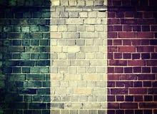Bandera de Italia del Grunge en una pared de ladrillo Imagen de archivo libre de regalías