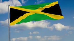 Bandera de Jamaica contra el fondo del cielo de las nubes stock de ilustración