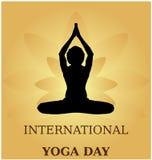 Bandera de la actitud del parvastasna de la meditación del día de la yoga contra los pétalos de oro del loto con color hermoso de Imagenes de archivo