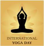 Bandera de la actitud del parvastasna de la meditación del día de la yoga contra los pétalos de oro del loto con color hermoso de Fotos de archivo