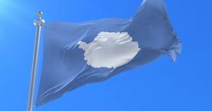 Bandera de la Antártida que agita en lento con el cielo azul, lazo