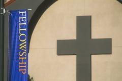 Bandera de la beca delante de la iglesia imágenes de archivo libres de regalías