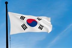 Bandera de la Corea del Sur que agita sobre el cielo azul imagen de archivo