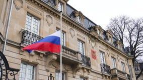 Bandera de la embajada rusa del consulado de AR de la media asta del vuelo de Rusia almacen de video
