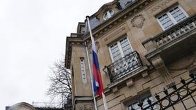 Bandera de la embajada rusa del consulado de AR de la media asta del vuelo de Rusia metrajes