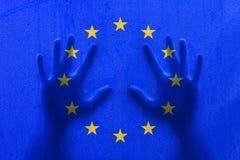 Bandera de la gotita del Eu con las manos de la persona Imagenes de archivo