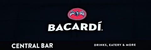 Bandera de la marca de Bacardi en la entrada de un club foto de archivo libre de regalías