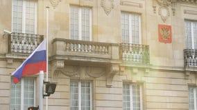 Bandera de la media asta del vuelo de Rusia en la embajada rusa del consulado metrajes