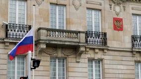 Bandera de la media asta del vuelo de Rusia en la embajada rusa del consulado almacen de video