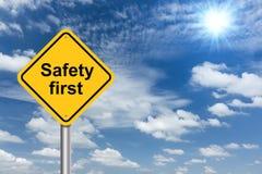 Bandera de la muestra de la seguridad primero y cielo azul de las nubes Fotos de archivo libres de regalías