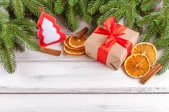 Bandera de la Navidad con el árbol verde, el giftbox, la decoración hecha a mano del fieltro, la naranja y el canela en el fondo  Fotografía de archivo