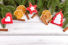 Bandera de la Navidad con el árbol verde, los conos, las decoraciones hechas a mano del fieltro, la naranja y el canela en el fon Foto de archivo