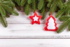 Bandera de la Navidad con el árbol verde, los conos, las decoraciones hechas a mano del fieltro, la naranja y el canela en el fon Fotografía de archivo