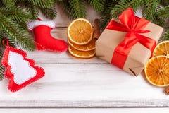 Bandera de la Navidad con el árbol verde, los conos, las decoraciones hechas a mano del fieltro, la naranja y el canela en el fon Imagenes de archivo