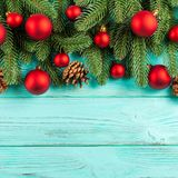 Bandera de la Navidad con las decoraciones hechas a mano verdes del árbol, rojas y blancas del fieltro en el fondo texturizado de Fotografía de archivo