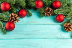 Bandera de la Navidad con las decoraciones hechas a mano verdes del árbol, rojas y blancas del fieltro en el fondo texturizado de Fotos de archivo