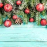 Bandera de la Navidad con las decoraciones hechas a mano verdes del árbol, rojas y blancas del fieltro en el fondo texturizado de Imagen de archivo