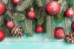 Bandera de la Navidad con las decoraciones hechas a mano verdes del árbol, rojas y blancas del fieltro en el fondo texturizado de Fotos de archivo libres de regalías