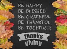Bandera de la postal de la cita del diseño del día de la acción de gracias con las hojas de otoño Fotografía de archivo