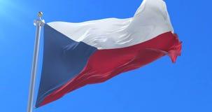 Bandera de la República Checa que agita en el viento con el cielo azul, lazo