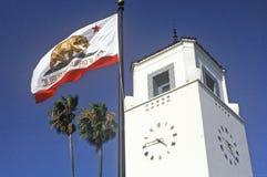 Bandera de la república de California delante del tránsito del carril de la estación de la unión en la ciudad de Los Ángeles, Cal fotografía de archivo libre de regalías