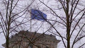 Bandera de la UE que agita en el viento en el edificio del reichstag en Berlín, enfoque almacen de metraje de vídeo