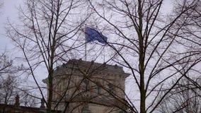 Bandera de la UE que agita en el viento en el edificio de Reichstag en Berlín, Alemania almacen de metraje de vídeo