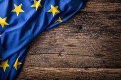 Bandera de la unión de Europa en viejo fondo de madera La UE señala el viejo fondo del roble por medio de una bandera Imagen de archivo libre de regalías