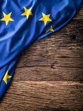 Bandera de la unión de Europa en viejo fondo de madera La UE señala el viejo fondo del roble por medio de una bandera Fotografía de archivo libre de regalías