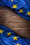 Bandera de la unión de Europa en viejo fondo de madera La UE señala el viejo fondo del roble por medio de una bandera vertical Fotografía de archivo