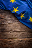 Bandera de la unión de Europa en viejo fondo de madera La UE señala el viejo fondo del roble por medio de una bandera vertical Fotografía de archivo libre de regalías