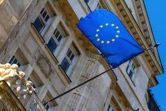 Bandera de la unión europea en el ayuntamiento de Budapest Imagenes de archivo