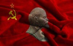 Bandera de la Unión Soviética con los retratos de Vladimir Lenin imagen de archivo