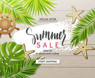 Bandera de la venta del verano, cartel con las plantas tropicales, hojas, rueda y estrellas de mar en el tablero de madera Ilustr stock de ilustración