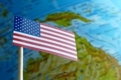 Bandera de los E.E.U.U. con un mapa del globo como fondo Imagen de archivo