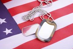 Bandera de los E.E.U.U. del día de veteranos con las placas de identificación Foto de archivo