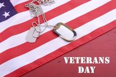Bandera de los E.E.U.U. del día de veteranos con las placas de identificación Fotografía de archivo