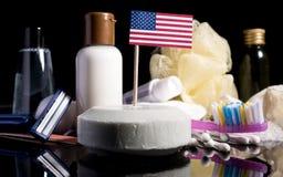 Bandera de los E.E.U.U. en el jabón con todos los productos para la gente Imagen de archivo