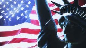 Bandera de los E.E.U.U. que agitan en el sol naciente con la estatua de la libertad colocado ilustración del vector
