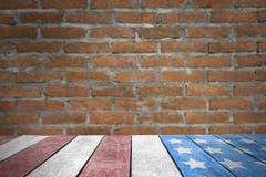 Bandera de los E.E.U.U. del Día del Trabajo en la sobremesa con la pared de ladrillo imagen de archivo libre de regalías