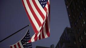 Bandera de los E.E.U.U. en la noche almacen de video