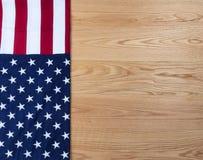 Bandera de los E.E.U.U. en los tablones de madera del roble rojo para el fondo del día de fiesta Imágenes de archivo libres de regalías