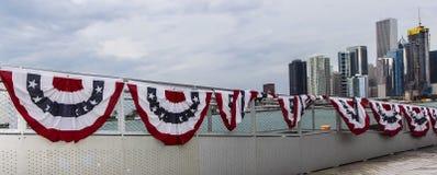 Bandera de los Estados Unidos de América bajo horizonte de Chicago Imagen de archivo