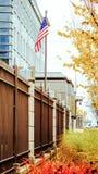 Bandera de los Estados Unidos de América contra la perspectiva de la embajada en Ottawa imagenes de archivo
