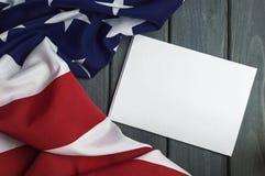 Bandera de los Estados Unidos de América con el espacio vacío para escribir su texto en la hoja de papel en fondo de madera Foto de archivo