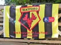 Bandera de los partidarios del club del fútbol de Watford para el final de FA Cup de los emiratos el 18 de mayo de 2019 en el Wem imagen de archivo