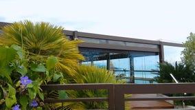 Bandera de Mónaco, jardín exótico y restaurante en el tejado del hotel de lujo, vida rica almacen de video