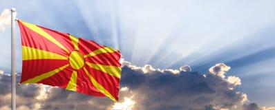 Bandera de Macedonia en el cielo azul ilustración 3D Imagen de archivo libre de regalías