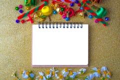 Bandera de madera del fondo de la Navidad y del Año Nuevo con el cuaderno, la caja de regalo, la flor de la margarita, la bola de Imágenes de archivo libres de regalías