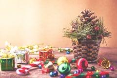 Bandera de madera del fondo de la Navidad y del Año Nuevo con el pino del bastón, la caja de regalo, la flor de la margarita, la  Foto de archivo